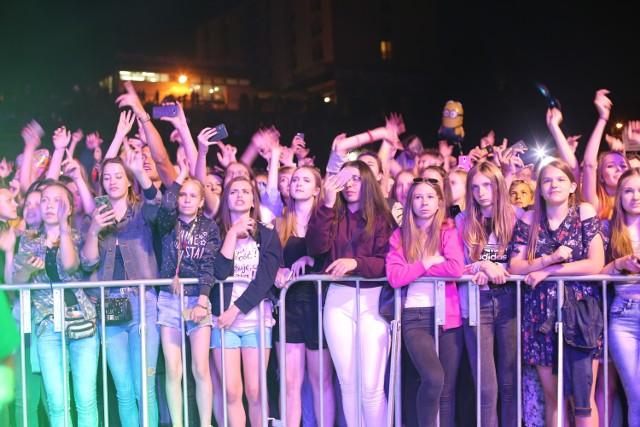 Tłumy do późnych godzin nocnych bawiły się pod sceną