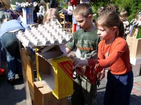 Dzieci z wielkim zaangażowaniem tworzyły Ekoludki. Na zdjęciu Kasia Peplińska i Paweł Szyszka z Przedszkola Samorządowego nr 9. Fot. Maria Sowisło