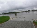 Woda z Wisły wdarła się na dolny deptak Bulwaru Piłsudskiego w Sandomierzu. Pracownicy wywożą wodne urządzenia rekreacyjne [ZDJĘCIA]