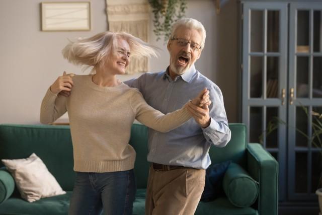 Taniec w szybkim tempie pozwala spalić nawet 200 kalorii w ciągu 30 minut. To tyle samo co w czasie pływania lub zjazdu ze stoku narciarskiego. Poruszanie się w takt muzyki to czynność, która nie wymaga znajomości technik tanecznych. Wystarczy wczuć się w rytm, rozluźnić ciało i zacząć tańczyć!