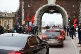 Kraków. Jarosław Kaczyński uczestniczył w mszy św. na Wawelu w rocznicę pogrzebu pary prezydenckiej. Był protest i symbole Strajku Kobiet