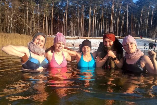 Nowotomyskie morsy z dzikiej plaży zachęcają do zimnych kąpieli. Jak zacząć?