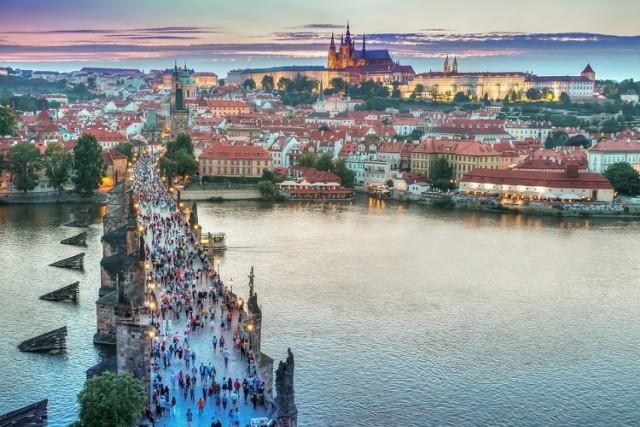 Czeska Praga w tym roku bardzo droga  Na ostatnim miejscu zestawienia sylwestrowych destynacji plasuje się Praga. Przeciętnie należy tu zapłacić 2366 zł za dwie doby w obiekcie noclegowym dla 4 lub więcej osób. Wysoką cenę rekompensują natomiast niezapomniane widoki rozpościerające się z Mostu Karola, gdy wybije północ oraz dobre połączenia kolejowe i autobusowe czeskiej stolicy z największymi polskimi miastami.