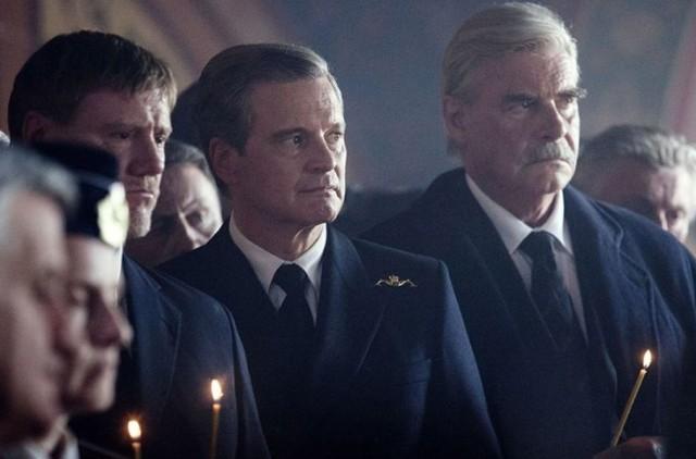 Colin Firth ( w środku) jako brytyjski komandor David Russell
