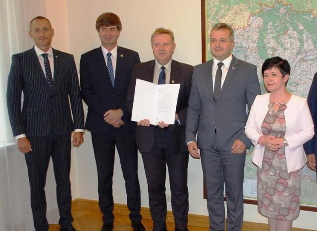 Z promesą starosta Michał Mróz, obok Jerzy Kowalik i wojewoda Michał Bogdanowicz