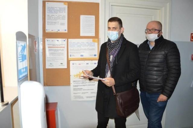Petycję w łowickim ratuszu złożył m. in. Oskar Kosenda (z lewej)