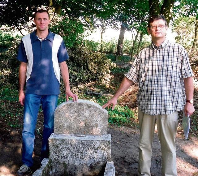 Członkowie stowarzyszenia chcą do 1 listopada uporządkować zbeszczeszczony cmentarz