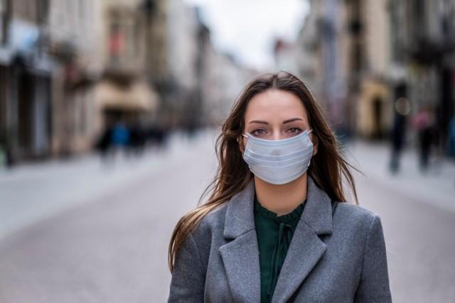 Od 16 kwietnia 2020 roku rząd wprowadza obowiązek zasłaniania ust i nosa w przestrzeni publicznej. Jak prawidłowo nosić maseczkę? Wyjaśnia to Główny Inspektorat Sanitarny.  Przejdź do galerii i sprawdź --->