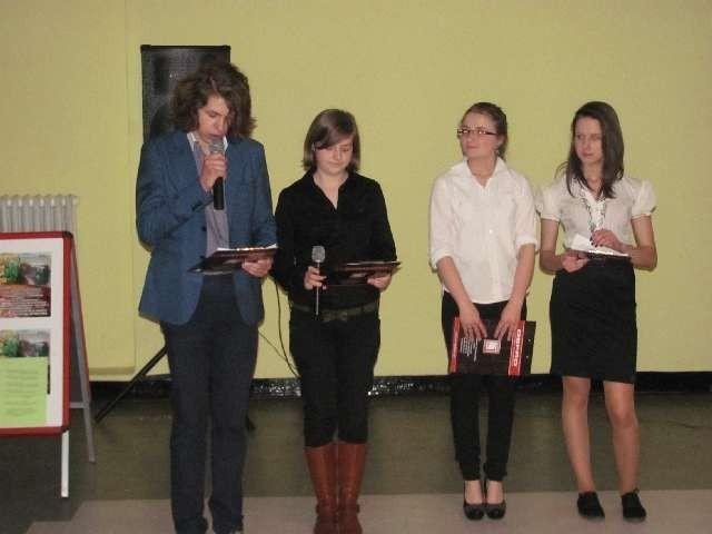 Młodzież prezentuje założenia programu podczas spotkania w MDK Myszków.