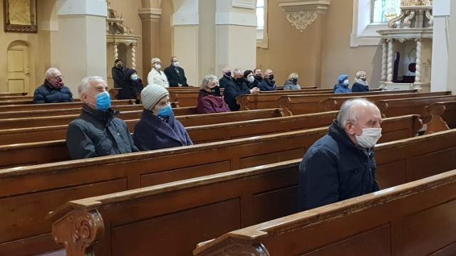 Kościoły pozostaną otwarte.   Wciąż jednak w kościołach obowiązuje limit osób - maksymalnie 1 osoba na 20 mkw, przy zachowaniu odległości nie mniejszej niż 1,5 m.  W świątyniach i obiektach kultu religijnego obowiązkowe jest zakrywanie ust i nosa, z wyłączeniem osób sprawujących mszę.