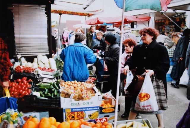 Opole w latach 90. Wtedy handel kwitł na targowiskach.