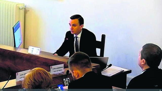 Przewodniczący Rady Miasta w Białogardzie Tomasz Strząbała odczytał wczoraj tekst uchwały, którą białogardzcy radni zatwierdzili jednomyślnie