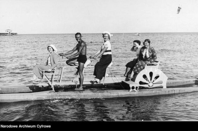 Rekreacja wodna w Gdyni, 1937.  Koncern Ilustrowany Kurier Codzienny - Archiwum Ilustracji