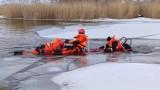 Na zamarzniętym Miedwiu w Wierzbnie działali strażacy z Pyrzyc