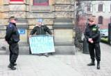 Straż miejska Legnica: Za protest trafił do radiowozu