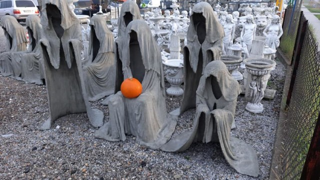 Dziwne figurski z kamienia w Kalwarii Zebrzydowskiej