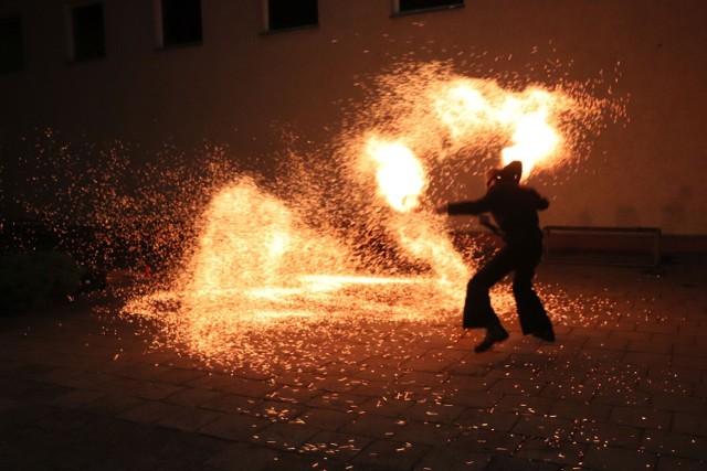 Gniezno. Pokaz ognia w ramach Turnieju Piłki Nożnej Szkół Specjalnych w SOSW nr 2 w Gnieźnie