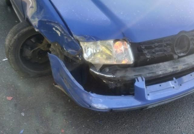 Do zdarzenia doszło w czwartek na ul. Krakowskiej w Przemyślu.   Kierujący VW bora 21-letni mieszkaniec powiatu jarosławskiego, jadąc od strony Żurawicy, nie dostosował prędkości do warunków panujących na drodze i uderzył w VW golfa, który zatrzymał się na czerwonym świetle. Na szczęście nikt nie ucierpiał w tym zdarzeniu. Obaj kierujący byli trzeźwi. Sprawca kolizji został ukarany mandatem.