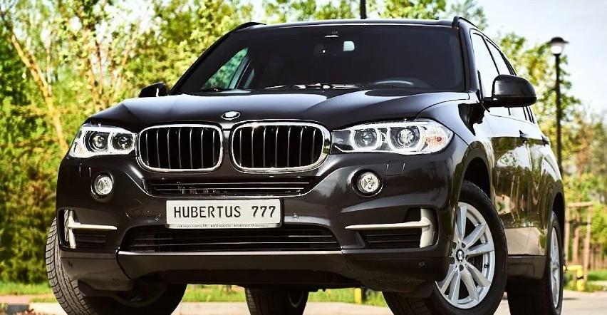 Czteroletnie BMW X5. Takim samochodem jeździ senator Adam...