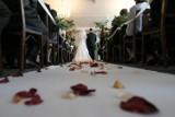 Ślub kościelny odchodzi do lamusa? Coraz mniej ślubów wyznaniowych w Polsce. Mocny spadek w ciągu ostatnich 7 lat [RAPORT + GALERIA]