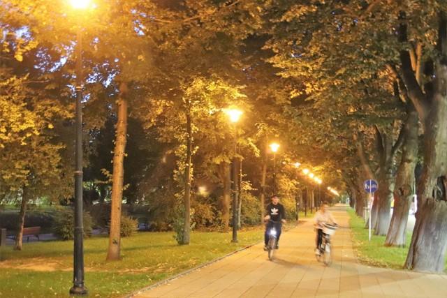 Jak widać całkiem dobrze po zapadnięciu zmroku, taka przejażdżka rowerową trasą wzdłuż ul. Jagiełły jest pełna uroku