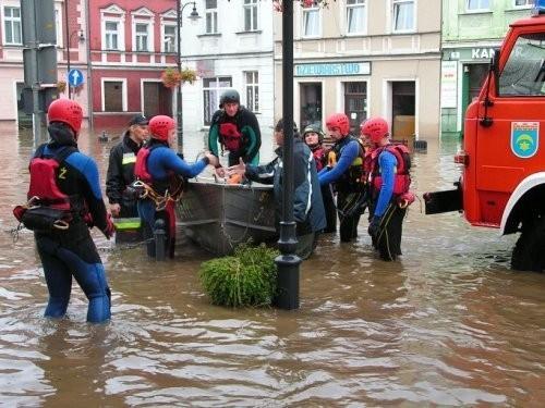 Zalany przez sobotnią powódź Rynek w Leśnej