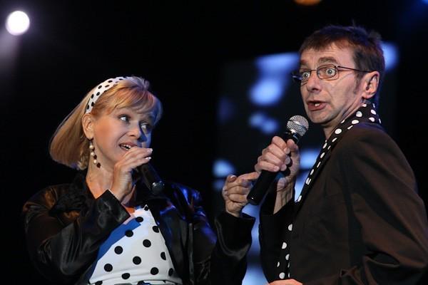 Serialowe melodie w wykonaniu serialowych gwiazd (FOTO)