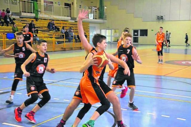 Koszykarze BC Sieraków walczą o awans do kolnej rundy rozgrywek U14M.