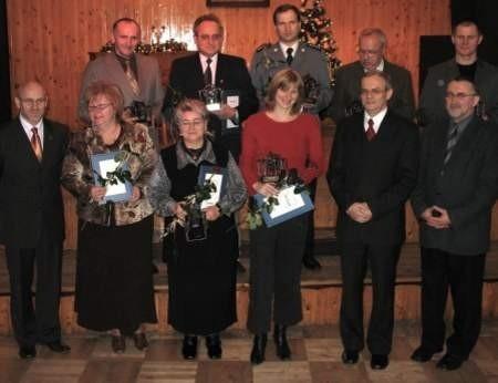 Nagrodzeni młyńskimi kołami wraz z burmistrzami i przewodniczącym Rady Miejskiej.