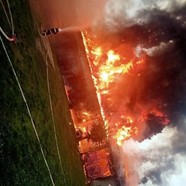 Potężny pożar w Suliszewicach od uderzenia pioruna
