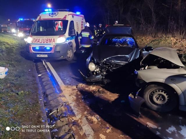 W niedzielę (1 grudnia) krótko przed północą w Wylatowie (gmina Mogilno) doszło do czołowego zderzenia dwóch samochodów osobowych: mercedesa i opla.   - Po przybyciu na miejsce zdarzenia zastano dwa samochody osobowe po zderzeniu czołowym - relacjonują strażacy z Państwowej Straży Pożarnej w Mogilnie.   Droga była całkowicie zablokowana. Policja wyznaczyła objazdy.  - Miejsce akcji zabezpieczono. Działania zastępów polegały na udzieleniu pomocy przedmedycznej poszkodowanym. Po dojeździe na miejsce karetek ZRM poszkodowanych przekazano ratownikom medycznym - dodają strażacy.  Kierowca opla trafił do szpitala.