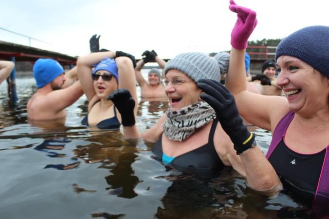 Gubińska Grupa Morsów znów w wodzie! Tym razem nie było tak mroźnej pogody. Informacja dla lubujących się w ciepłej kąpieli - woda wciąż była zimna ;)