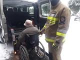 Strażacy pomogają seniorom w transporcie do punktów szczepień