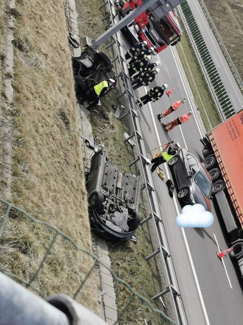 Rozbił auto na pół na autostradzie A1 w Świerklanach i...