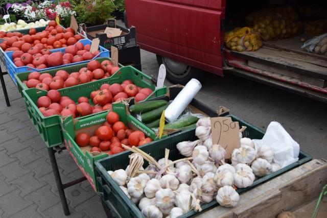 Czwartkowy dzień targowy w Skierniewicach. Ceny warzyw i owoców na targowisku miejskim