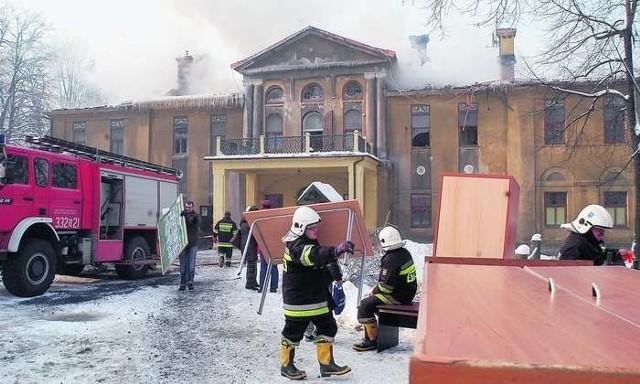 Podczas dogaszania pożaru strażacy wynosili wszystkie sprzęty z pałacyku, by odciążyć strop budynku