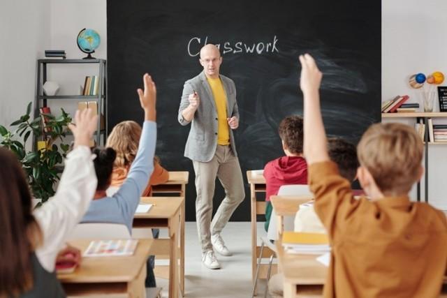 Jesteś nauczycielem tych przedmiotów? Na pewno znajdziesz pracę w zawodzie w województwie Wielkopolskim  Sprawdź w galerii, których nauczycieli brakuje w Wielkopolsce --->>>  Prześledziliśmy oferty pracy dla nauczycieli umieszczone na stronie internetowej kuratorium oświaty tylko od 1 sierpnia. Propozycji jest znacznie więcej.  Strefa pole dance