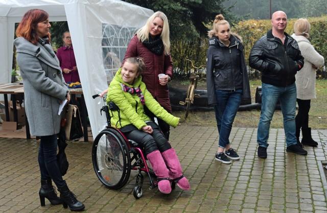 12-letnia Roksana Sałatowska, chora na porażenie mózgowe, potrzebuje specjalistycznego chodzika. Na zdjęciu po lewej: dziewczynka  wraz z mamą Sylwią Sałatowską