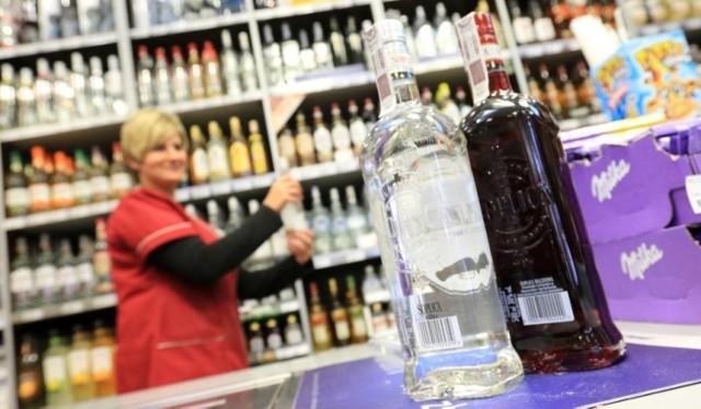 Od dziś, 25 lipca, w centrum Katowic obowiązuje nocna prohibicja. Zakaz sprzedaży alkoholu dotyczy sklepów, ale też stacji benzynowych, które napojami z procentami nie będą mogły od teraz handlować między godz. 22. a 6.