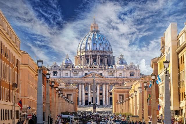 Najmniejsze państwo świata – Stolica Apostolska – ma w posiadaniu 5171 nieruchomości. 4051 z nich znajduje się we Włoszech, z czego 92 proc. w Rzymie i jego najbliższej okolicy (Watykan w całości leży na terenie Rzymu). Z kolei 1120 nieruchomości Watykanu znajduje się poza granicami Włoch. Są to m.in. budynki w prestiżowych lokalizacjach w największych europejskich stolicach, ale nie tylko.  Przejdź do kolejnych zdjęć, używając strzałki w prawo lub przycisku NASTĘPNE.