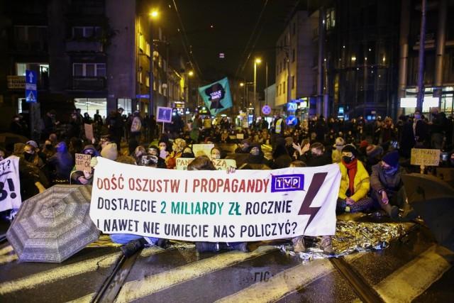 Protesty w poniedziałkowy wieczór odbyły się w całym mieście. Miały bardzo różną formę.