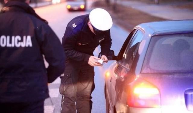 Półtora promila alkoholu w organizmie miał 51-letni kierowca, który na początku czerwca doprowadził do kolizji z pociągiem na przejeździe w Szymanowicach w powiecie Łowickim. Sprawca wjechał na niego, ale jego samochód zawiesił się. Mężczyzna nie był w stanie ruszyć pojazdu, uciekł w ostatniej chwili przed nadjeżdżającym pociągiem. Sprawca został zatrzymany, grozi mu do 8 lat więzienia.