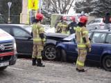 Groźny wypadek na Zachodniej. Dwie osoby w szpitalu. BMW i Passat poważnie uszkodzone