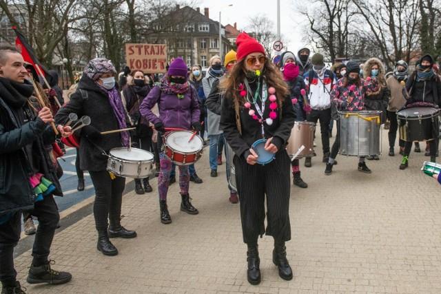 Liczna grupa poznaniaków spotkała się w niedzielę, 7 marca pod Teatrem Wielkim im. Stanisława Moniuszki w Poznaniu na Demonstracji z okazji Dnia Kobiet.   Kolejne zdjęcie --->