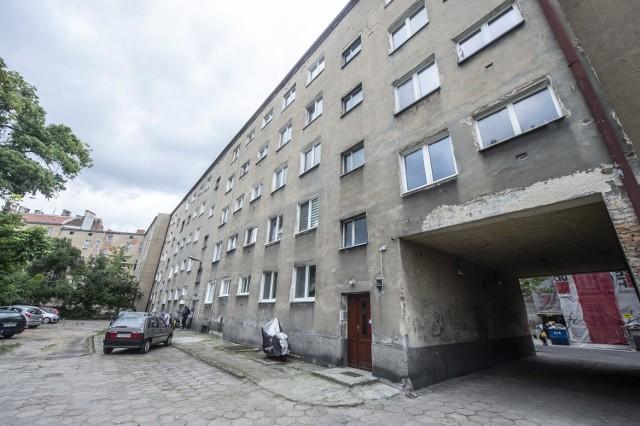 Stan techniczny bloku przy ul. Mottego w Poznaniu pozostawia wiele do życzenia.   Zobacz zdjęcia --->