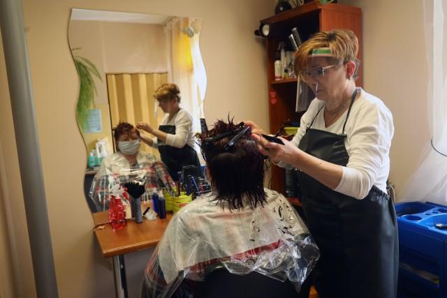 Salony fryzjerskie już otwarte w Legnicy.