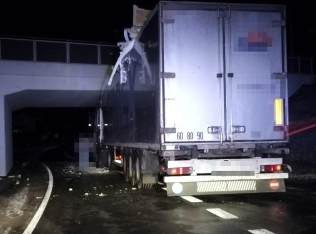 Kierowca tira utknął pod wiaduktem w powiecie puławskim