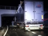 Tir utknął pod wiaduktem w powiecie puławskim. Kierowca zignorował oznakowanie drogowe. Zobacz zdjęcia [14.03]