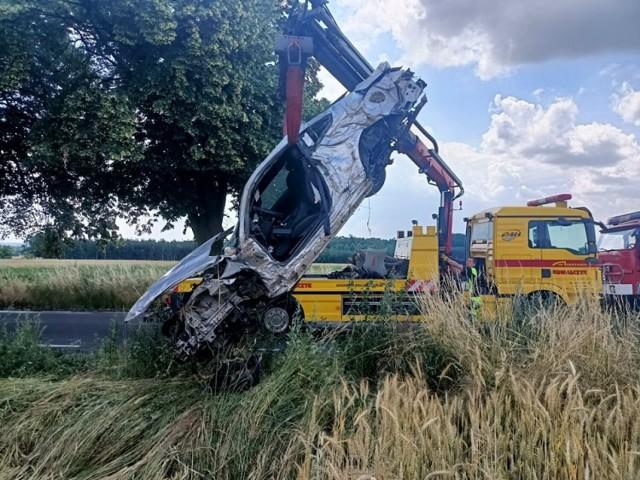 Wypadek w Rajsku pod Kaliszem. Dachował fordem mustangiem w polu