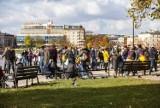 Złota jesień w Krakowie. Mimo chłodu mieszkańcy i turyści chętnie spacerowali po centrum miasta [ZDJĘCIA]